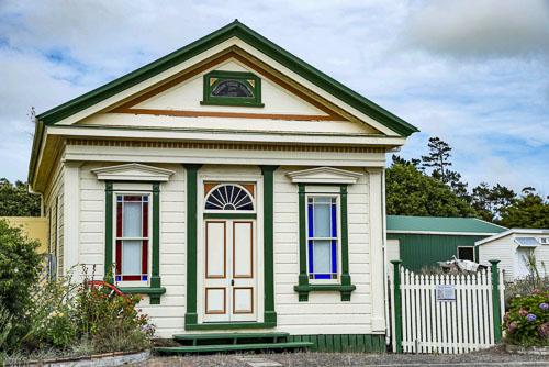 Postamt und Schulgebäude auf dem Gelände des Kaurimuseums