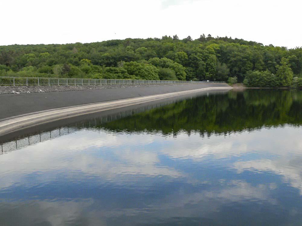 Staudamm an der Steinbachtalsperre