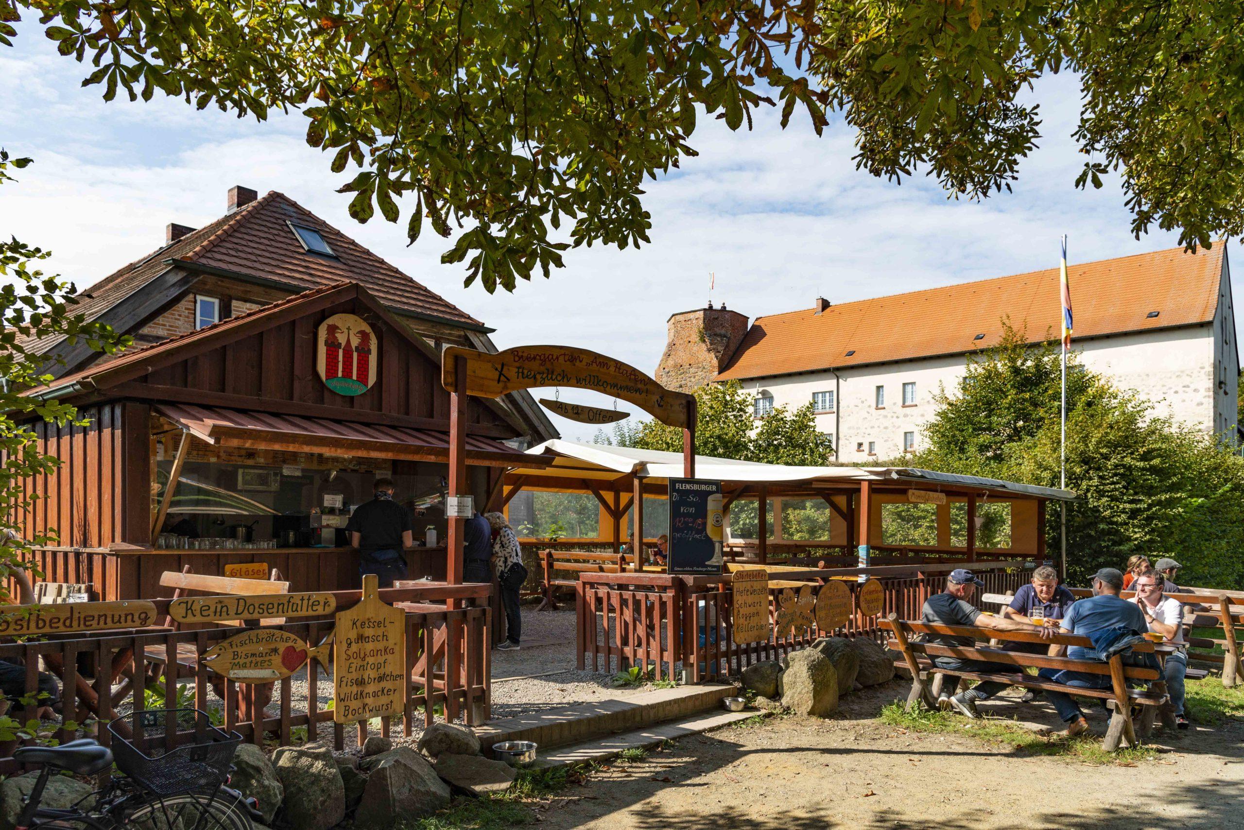 Biergarten, im Hintergrund die Burg von Wesenberg