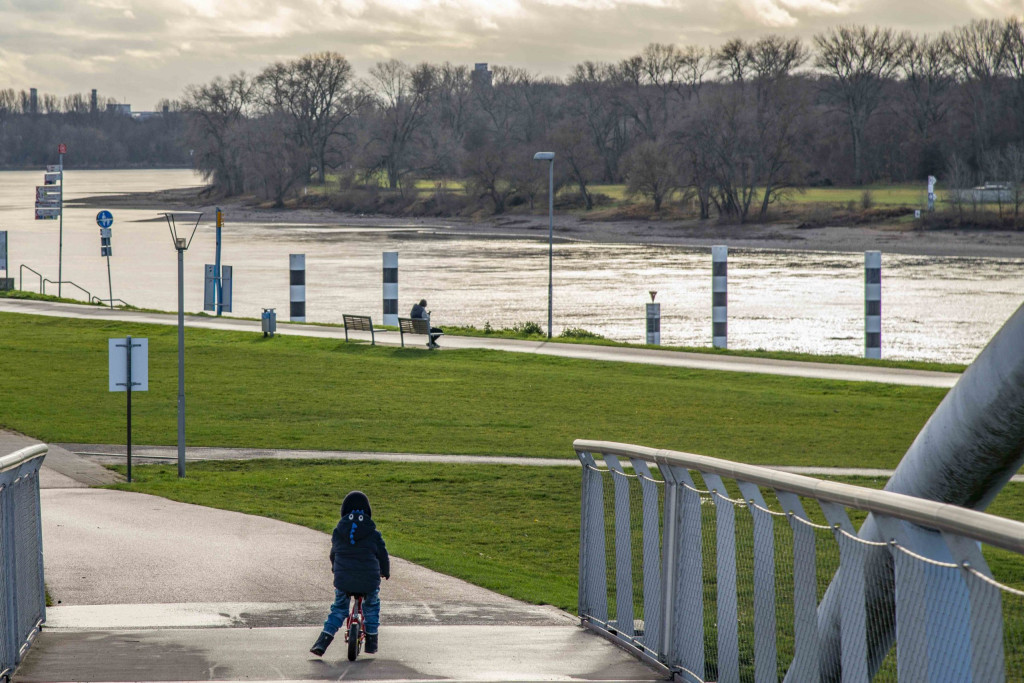 Blick von der Neuland-Brücke auf den Rhein
