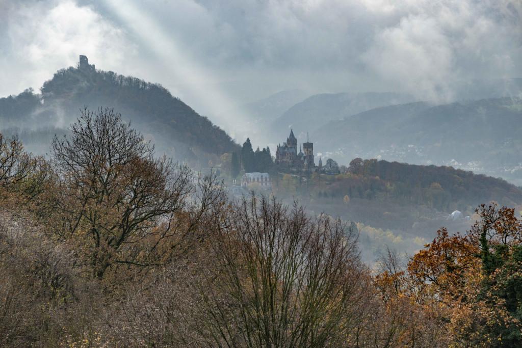 Blick auf Drachenfels und Drachenburg